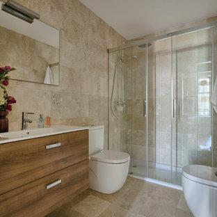Modelo de cuarto de baño con ducha, bohemio, de tamaño medio, con armarios con paneles lisos, puertas de armario de madera oscura, ducha empotrada, bidé, paredes beige y lavabo integrado