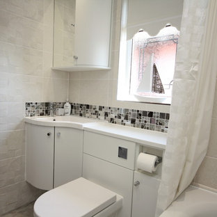 Diseño de cuarto de baño infantil, actual, con armarios con paneles lisos, bañera encastrada, combinación de ducha y bañera, ducha con cortina y encimeras turquesas