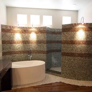 Foto di una stanza da bagno contemporanea con ante di vetro, ante in legno bruno, vasca freestanding, doccia aperta, piastrelle multicolore, piastrelle a mosaico, pavimento con piastrelle di ciottoli e doccia aperta