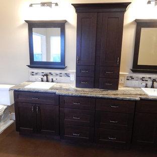 サクラメントの中サイズのおしゃれなバスルーム (浴槽なし) (落し込みパネル扉のキャビネット、濃色木目調キャビネット、分離型トイレ、ベージュのタイル、セラミックタイル、ベージュの壁、コンクリートの床、オーバーカウンターシンク、クオーツストーンの洗面台、ベージュの床、ベージュのカウンター) の写真