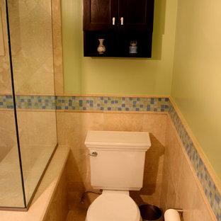 Esempio di una stanza da bagno padronale minimalista di medie dimensioni con ante in stile shaker, ante in legno bruno, doccia doppia, WC a due pezzi, piastrelle beige, piastrelle di marmo, pareti verdi, pavimento in marmo, lavabo sottopiano, top in marmo, pavimento beige e porta doccia a battente