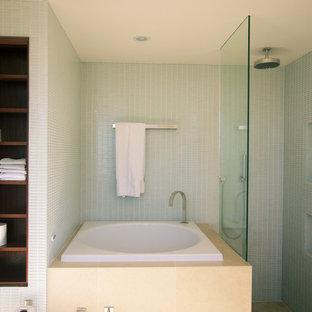 Пример оригинального дизайна: главная ванная комната среднего размера в современном стиле с фасадами с выступающей филенкой, темными деревянными фасадами, накладной ванной, биде, белой плиткой, плиткой из листового стекла, белыми стенами, полом из травертина, врезной раковиной, столешницей из искусственного кварца, угловым душем, бежевым полом и душем с распашными дверями