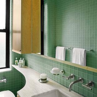 Imagen de cuarto de baño principal, moderno, pequeño, con lavabo bajoencimera, armarios con paneles empotrados, puertas de armario de madera clara, encimera de mármol, ducha empotrada, sanitario de pared, baldosas y/o azulejos verdes, baldosas y/o azulejos de vidrio y paredes verdes