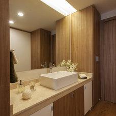 Eclectic Bathroom by vgzarquitectura y diseño sc