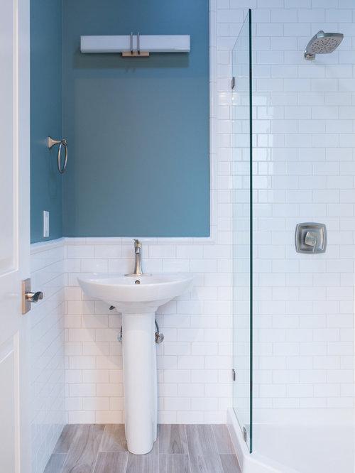 Badezimmer mit Sockelwaschbecken und Laminat Ideen, Design & Bilder ...