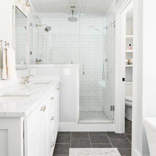 Новые идеи обустройства дома: главная ванная комната среднего размера в стиле современная классика с фасадами в стиле шейкер, белыми фасадами, отдельно стоящей ванной, открытым душем, белой плиткой, плиткой кабанчик, серыми стенами, полом из сланца, врезной раковиной, мраморной столешницей, серым полом и душем с распашными дверями