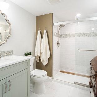 Foto di una stanza da bagno con doccia tradizionale di medie dimensioni con ante lisce, ante verdi, doccia doppia, WC a due pezzi, piastrelle bianche, piastrelle in gres porcellanato, pareti grigie, pavimento in gres porcellanato, lavabo sottopiano, pavimento bianco e porta doccia scorrevole