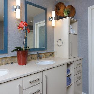 Esempio di una stanza da bagno chic di medie dimensioni con ante lisce, ante bianche, WC monopezzo, piastrelle beige, piastrelle di vetro, pareti blu, pavimento in sughero, lavabo sottopiano e top in quarzo composito