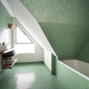Inspiration för ett litet funkis brun brunt en-suite badrum, med ett fristående handfat, öppna hyllor, träbänkskiva, ett platsbyggt badkar, grön kakel, mosaik, gröna väggar, mosaikgolv, bruna skåp, en dusch/badkar-kombination, en toalettstol med hel cisternkåpa, grönt golv och dusch med gångjärnsdörr