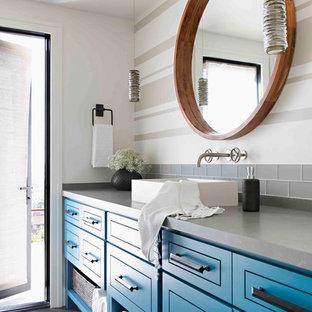 サンディエゴの中サイズのトランジショナルスタイルのおしゃれな浴室 (ターコイズのキャビネット、コーナー設置型シャワー、一体型トイレ、グレーのタイル、ガラスタイル、白い壁、セラミックタイルの床、ベッセル式洗面器、珪岩の洗面台、黒い床、開き戸のシャワー、グレーの洗面カウンター) の写真