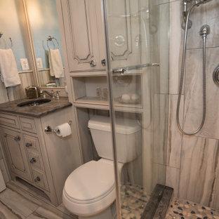 Idee per una stanza da bagno con doccia stile shabby di medie dimensioni con ante con bugna sagomata, ante grigie, doccia aperta, piastrelle grigie, lastra di pietra, pareti blu, pavimento con piastrelle in ceramica, top in granito, pavimento grigio, doccia aperta e top grigio