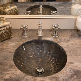 Esempio di una stanza da bagno con doccia stile shabby di medie dimensioni con ante con bugna sagomata, ante grigie, doccia aperta, piastrelle grigie, lastra di pietra, pareti blu, pavimento con piastrelle in ceramica, lavabo sottopiano, top in granito, pavimento grigio, doccia aperta e top grigio