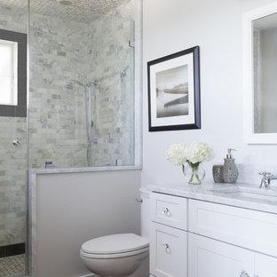 ボストンの小さいコンテンポラリースタイルのおしゃれなマスターバスルーム (シェーカースタイル扉のキャビネット、白いキャビネット、アルコーブ型シャワー、分離型トイレ、グレーのタイル、白いタイル、大理石タイル、白い壁、スレートの床、アンダーカウンター洗面器、大理石の洗面台、黒い床、開き戸のシャワー) の写真