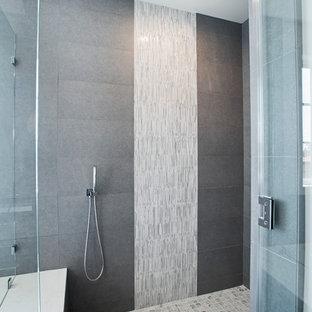 Exemple d'une salle de bain principale tendance de taille moyenne avec un placard avec porte à panneau encastré, des portes de placard en bois sombre, une douche d'angle, un carrelage gris, un carrelage blanc, des plaques de verre, un mur blanc, un sol en bois peint, un lavabo encastré et un plan de toilette en quartz.
