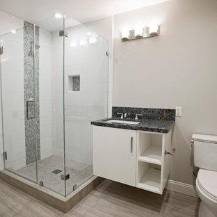 Свежая идея для дизайна: ванная комната среднего размера в современном стиле с плоскими фасадами, белыми фасадами, угловым душем, раздельным унитазом, серой плиткой, белой плиткой, плиткой кабанчик, бежевыми стенами, деревянным полом, душевой кабиной, врезной раковиной и столешницей из кварцита - отличное фото интерьера
