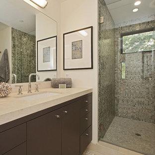 Imagen de cuarto de baño contemporáneo, pequeño, con lavabo bajoencimera, armarios con paneles lisos, puertas de armario de madera en tonos medios, encimera de piedra caliza, ducha empotrada, baldosas y/o azulejos verdes, suelo de baldosas tipo guijarro, baldosas y/o azulejos en mosaico y paredes blancas