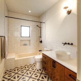 Exempel på ett mellanstort modernt badrum, med släta luckor, skåp i mellenmörkt trä, en öppen dusch, en toalettstol med hel cisternkåpa, blå kakel, cementkakel, vita väggar, mosaikgolv, ett nedsänkt handfat, träbänkskiva, grått golv och med dusch som är öppen