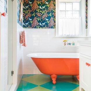 Cette photo montre une salle de bain nature de taille moyenne pour enfant avec un placard à porte shaker, des portes de placard blanches, une baignoire sur pieds, un espace douche bain, un carrelage métro, un mur bleu, un sol en bois peint, un plan de toilette en quartz modifié, une cabine de douche à porte battante, un carrelage blanc et un sol multicolore.
