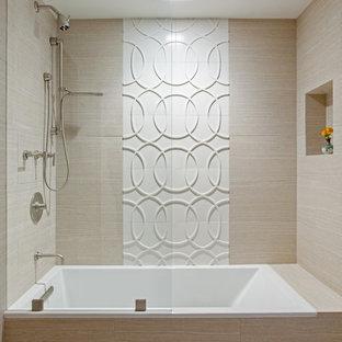 Esempio di un'ampia stanza da bagno minimal con ante lisce, ante verdi, vasca da incasso, vasca/doccia, WC monopezzo, piastrelle beige, piastrelle in ceramica, pavimento in gres porcellanato, lavabo sottopiano e top in quarzite