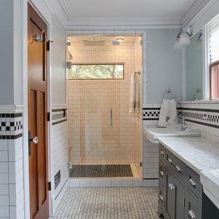 Inspiration för stora amerikanska flerfärgat en-suite badrum, med möbel-liknande, grå skåp, en dusch i en alkov, svart och vit kakel, tunnelbanekakel, grå väggar, klinkergolv i porslin, ett piedestal handfat, marmorbänkskiva, flerfärgat golv och dusch med gångjärnsdörr