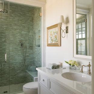 Esempio di una stanza da bagno per bambini stile marinaro di medie dimensioni con ante a filo, ante in legno bruno, doccia doppia, WC monopezzo, piastrelle bianche, piastrelle a mosaico, pareti beige, pavimento con piastrelle a mosaico, lavabo sottopiano e top in marmo