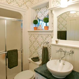 Exemple d'une petite douche en alcôve chic avec une vasque, des portes de placard blanches, un plan de toilette en granite, un mur blanc, un sol en carreau de terre cuite, un placard à porte persienne et un plan de toilette vert.