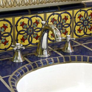 Inspiration pour une salle de bain sud-ouest américain de taille moyenne pour enfant avec un placard à porte shaker, des portes de placard en bois sombre, une douche ouverte, un WC à poser, un carrelage bleu, des carreaux de céramique, un mur beige, un sol en carreau de terre cuite, un lavabo encastré et un plan de toilette en carrelage.