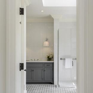 Imagen de cuarto de baño de estilo de casa de campo con armarios con paneles empotrados, puertas de armario grises, ducha a ras de suelo, baldosas y/o azulejos blancos, suelo con mosaicos de baldosas y suelo multicolor