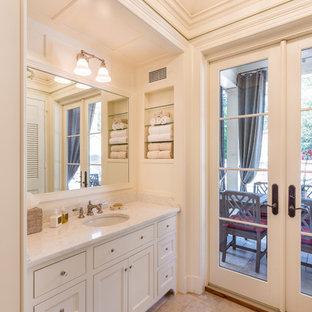 Immagine di una piccola stanza da bagno tradizionale con consolle stile comò, ante bianche, WC a due pezzi, piastrelle di vetro, pareti bianche, pavimento in travertino, lavabo a colonna e top in marmo