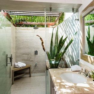 Inspiration för ett tropiskt beige beige badrum, med skåp i mörkt trä, våtrum, grå kakel, vita väggar, ett undermonterad handfat, grått golv och dusch med gångjärnsdörr