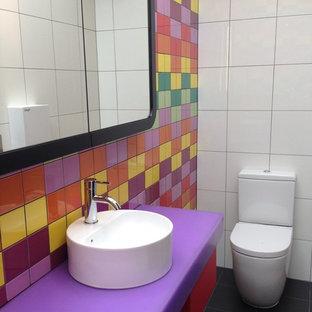 Idee per una piccola stanza da bagno minimalista con lavabo a bacinella, top in superficie solida, doccia ad angolo, WC sospeso, piastrelle in ceramica e pavimento in gres porcellanato