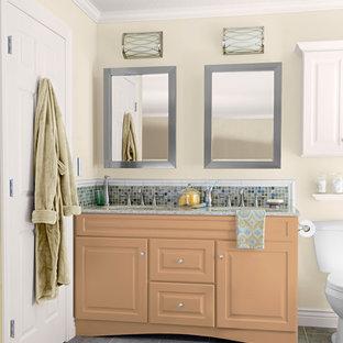Foto di una stanza da bagno padronale chic di medie dimensioni con lavabo sottopiano, ante con bugna sagomata, ante arancioni, top in granito, WC a due pezzi, piastrelle multicolore, piastrelle a mosaico, pareti bianche e pavimento con piastrelle in ceramica