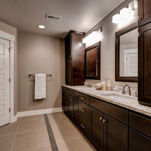 Ejemplo de cuarto de baño principal, minimalista, grande, con armarios estilo shaker, puertas de armario marrones, bañera encastrada, ducha abierta, sanitario de dos piezas, baldosas y/o azulejos multicolor, baldosas y/o azulejos con efecto espejo, paredes beige, suelo de baldosas de cerámica, lavabo bajoencimera y encimera de granito