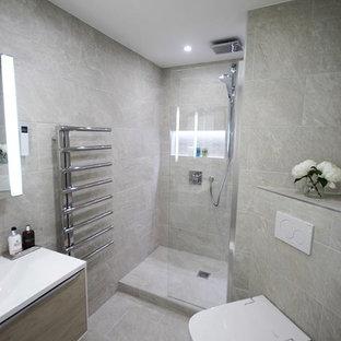 Diseño de cuarto de baño infantil, moderno, pequeño, con ducha abierta, sanitario de pared, baldosas y/o azulejos beige, baldosas y/o azulejos de porcelana, suelo de baldosas de porcelana, lavabo suspendido, suelo beige y ducha con puerta con bisagras