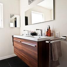 Modern Bathroom by Yana Mlynash