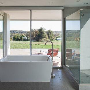 Imagen de cuarto de baño minimalista con bañera exenta