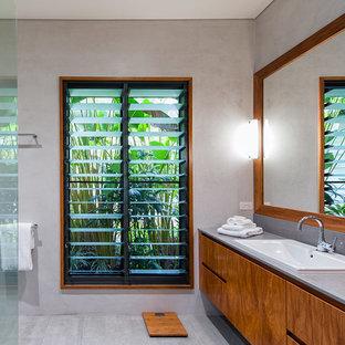 Ispirazione per una stanza da bagno padronale tropicale di medie dimensioni con lavabo da incasso, consolle stile comò, ante in legno scuro, top in quarzo composito, doccia aperta, WC monopezzo, piastrelle grigie, pareti grigie e pavimento con piastrelle in ceramica