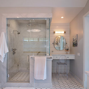 オレンジカウンティのトランジショナルスタイルのおしゃれな浴室 (アルコーブ型シャワー、白いタイル、グレーの壁、リノリウムの床) の写真