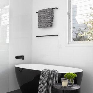 Стильный дизайн: главная ванная комната среднего размера в современном стиле с отдельно стоящей ванной, открытым душем, белыми стенами, фасадами с декоративным кантом, светлыми деревянными фасадами, разноцветной плиткой, плиткой мозаикой, накладной раковиной, столешницей из искусственного камня и черной столешницей - последний тренд