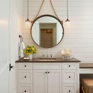 マイアミの中くらいのトロピカルスタイルのおしゃれなバスルーム (浴槽なし) (シェーカースタイル扉のキャビネット、白いキャビネット、白い壁、濃色無垢フローリング、アンダーカウンター洗面器、茶色い床、黒い洗面カウンター) の写真