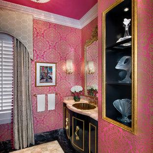 Foto di una stanza da bagno con doccia eclettica di medie dimensioni con ante nere, pareti rosa, pavimento in marmo, consolle stile comò, WC a due pezzi, piastrelle nere, piastrelle di marmo e top in granito