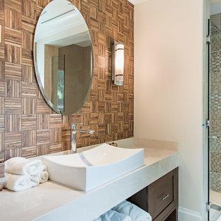 Foto di un'ampia stanza da bagno etnica con ante in stile shaker, ante in legno bruno, top in pietra calcarea, piastrelle multicolore, piastrelle di vetro e pareti bianche