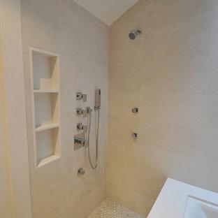 ニューヨークの小さいモダンスタイルのおしゃれなマスターバスルーム (フラットパネル扉のキャビネット、アンダーマウント型浴槽、コーナー設置型シャワー、ベージュのタイル、磁器タイル、珪岩の洗面台、ベージュの壁、玉石タイル、ベージュの床) の写真