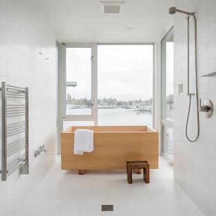 На фото: главные ванные комнаты в стиле модернизм с японской ванной, открытым душем, белой плиткой, каменной плиткой, белыми стенами, полом из мозаичной плитки и открытым душем