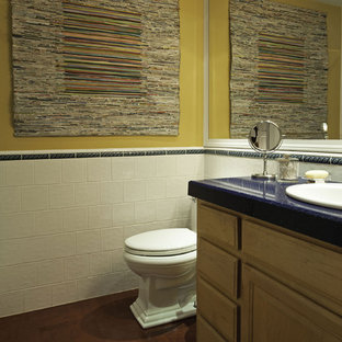 Imagen de cuarto de baño con ducha, tradicional renovado, pequeño, con lavabo encastrado, armarios con paneles con relieve, puertas de armario de madera oscura, encimera de cuarzo compacto, sanitario de dos piezas, baldosas y/o azulejos blancos, baldosas y/o azulejos de cerámica, paredes amarillas y suelo de corcho
