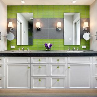 Foto de cuarto de baño infantil, actual, con lavabo bajoencimera, armarios estilo shaker, puertas de armario blancas, baldosas y/o azulejos verdes y baldosas y/o azulejos de vidrio