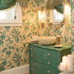 Tropisches Badezimmer mit Aufsatzwaschbecken, blauen Schränken und bunten Wänden in Bridgeport