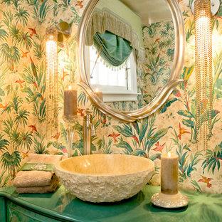 Esempio di una stanza da bagno boho chic con lavabo a bacinella, pareti multicolore e top verde