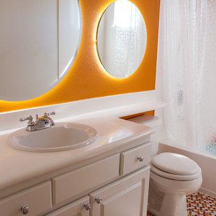 Diseño de cuarto de baño infantil, contemporáneo, de tamaño medio, con lavabo encastrado, armarios con paneles con relieve, puertas de armario blancas, encimera de acrílico, bañera esquinera, combinación de ducha y bañera, sanitario de una pieza, baldosas y/o azulejos naranja, baldosas y/o azulejos en mosaico, parades naranjas y suelo con mosaicos de baldosas