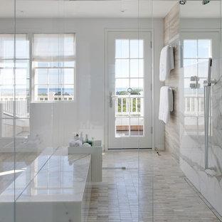 Esempio di una grande stanza da bagno padronale minimalista con ante lisce, doccia aperta, piastrelle beige, piastrelle grigie, piastrelle multicolore, piastrelle bianche, lastra di pietra, pareti grigie, pavimento in linoleum, lavabo sottopiano e top in marmo